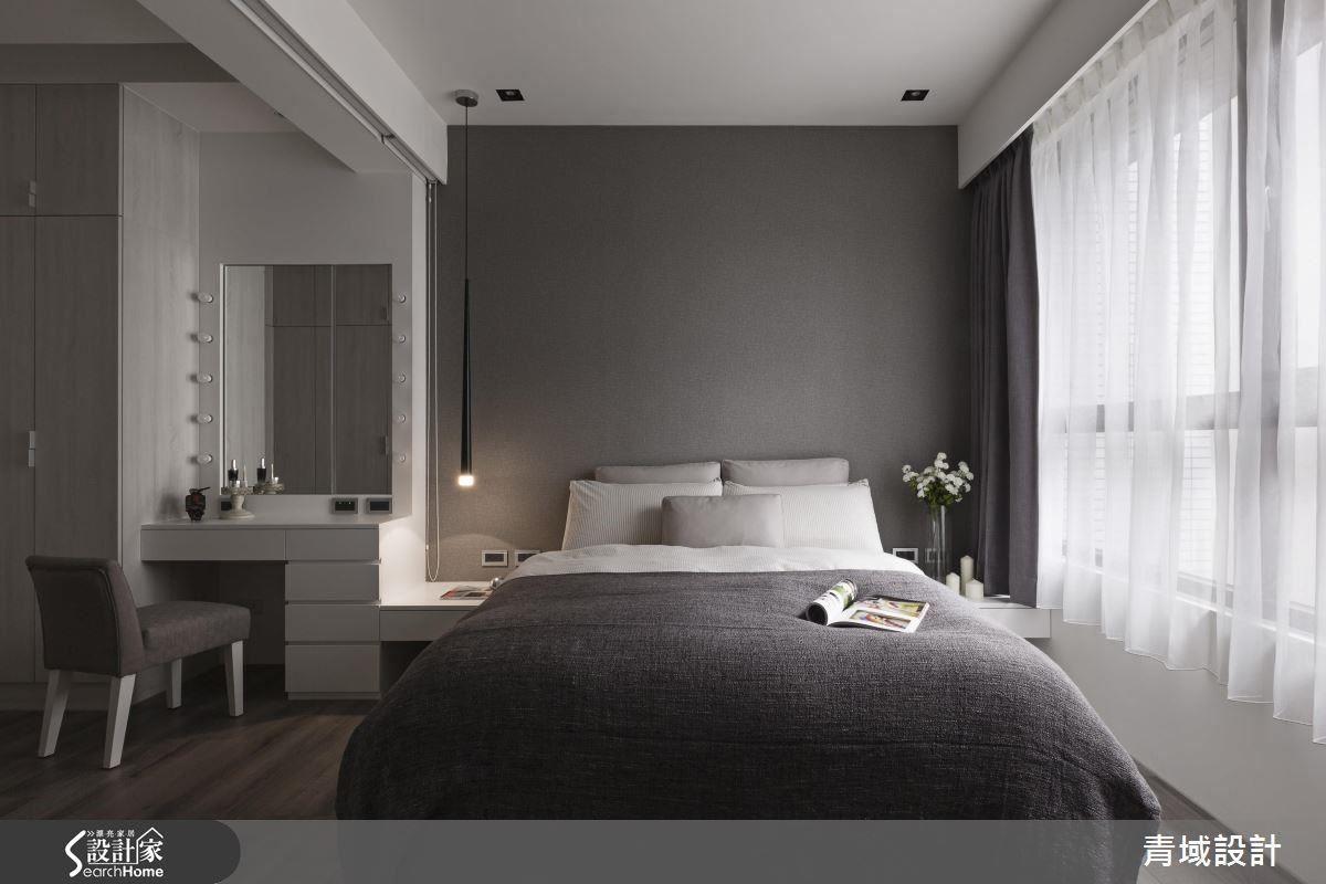 在梳妝區與睡眠區中間設置隱藏式捲簾,協助空間分界,休憩品質再提升。