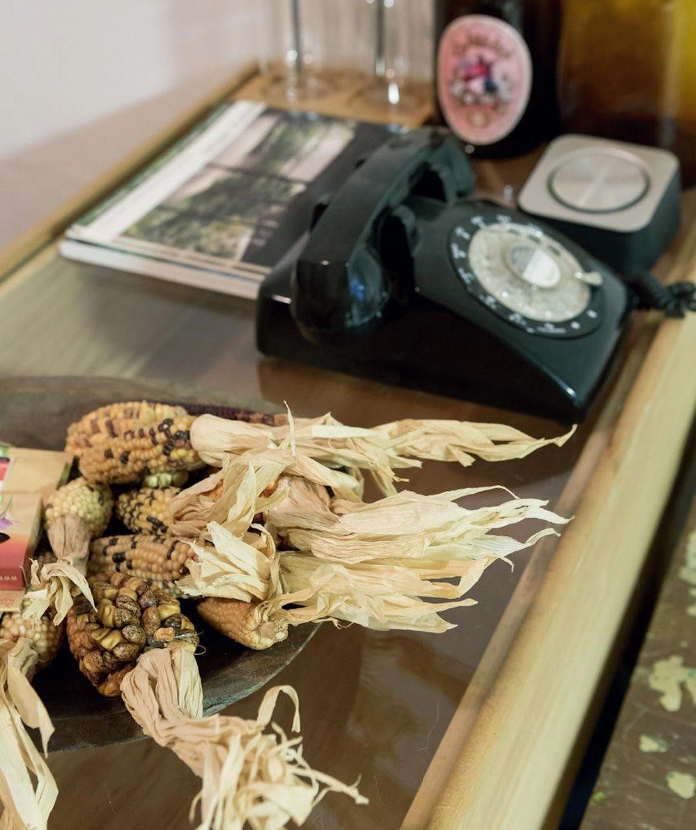 佈置不要設限。植物並非只有花,其種類相當的廣泛,使用的枯枝或是綠色葉子,都能創造不同視覺效果。像它就在桌上利用乾燥玉米做了裝飾,小區域就變得很有感覺。