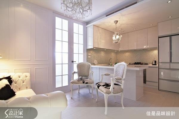 更改廚房位置並利用吧台取代餐廳、與開放廚房結合,放大小坪數的視覺感受。