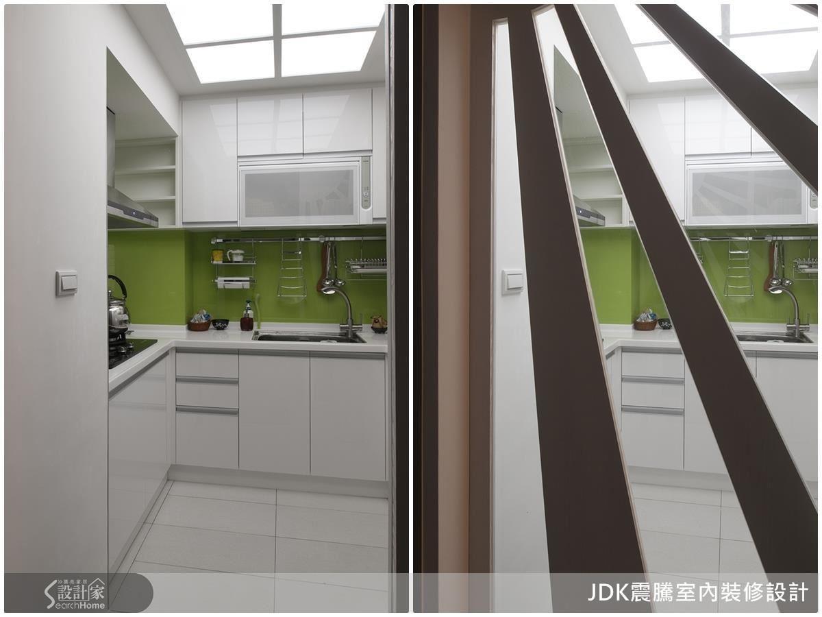 經由設計師調整格局,除了將原先的陰暗小廚房拓增為ㄇ字型空間,更加裝天花採光,佐以蘋果綠烤玻與造型拉門,明亮又整潔!