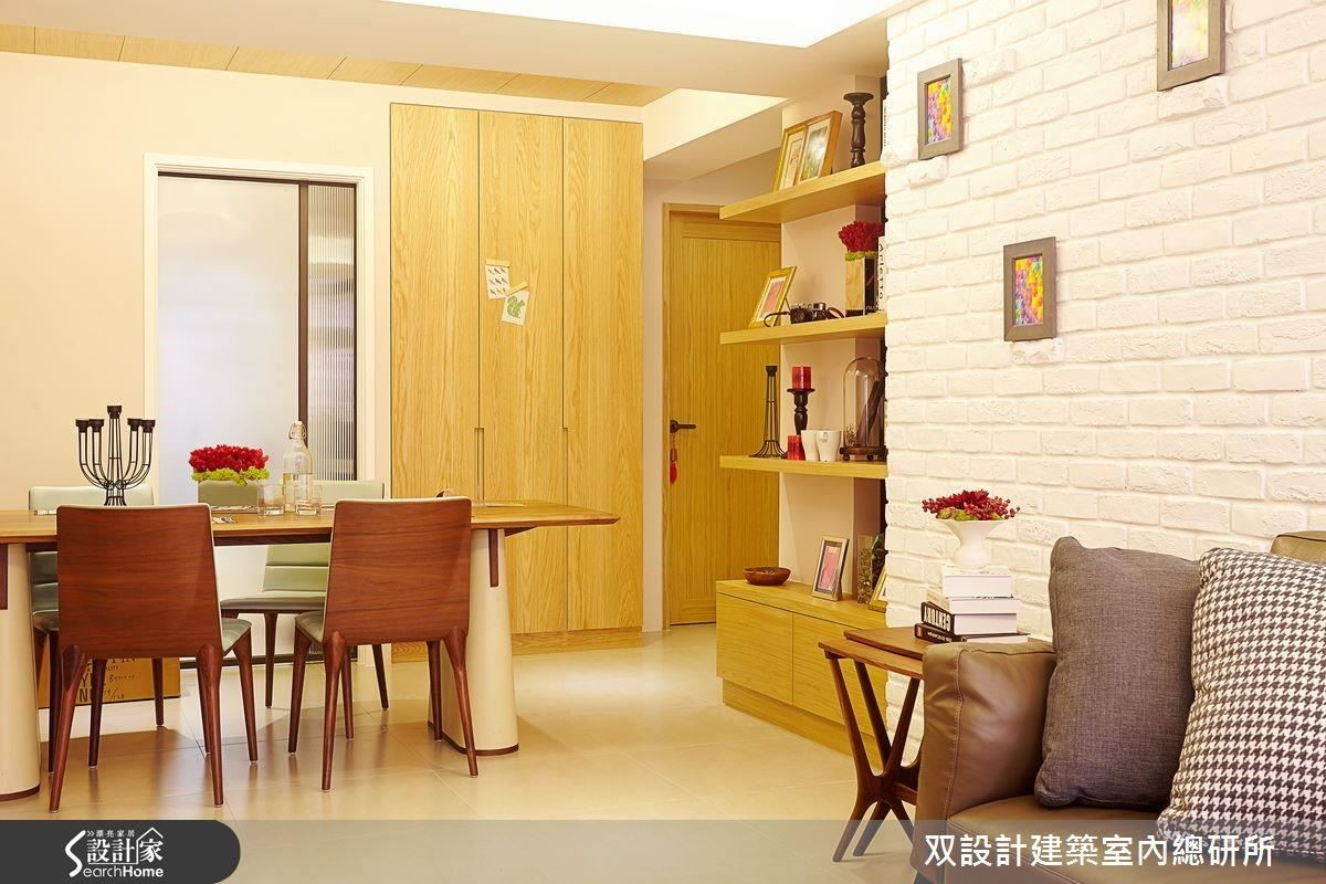 開放式設計讓屋主可更靈活地運用客廳與餐廳。若要舉辦 15 人派對,餐桌還能化為 Buffet 的供餐檯喔。