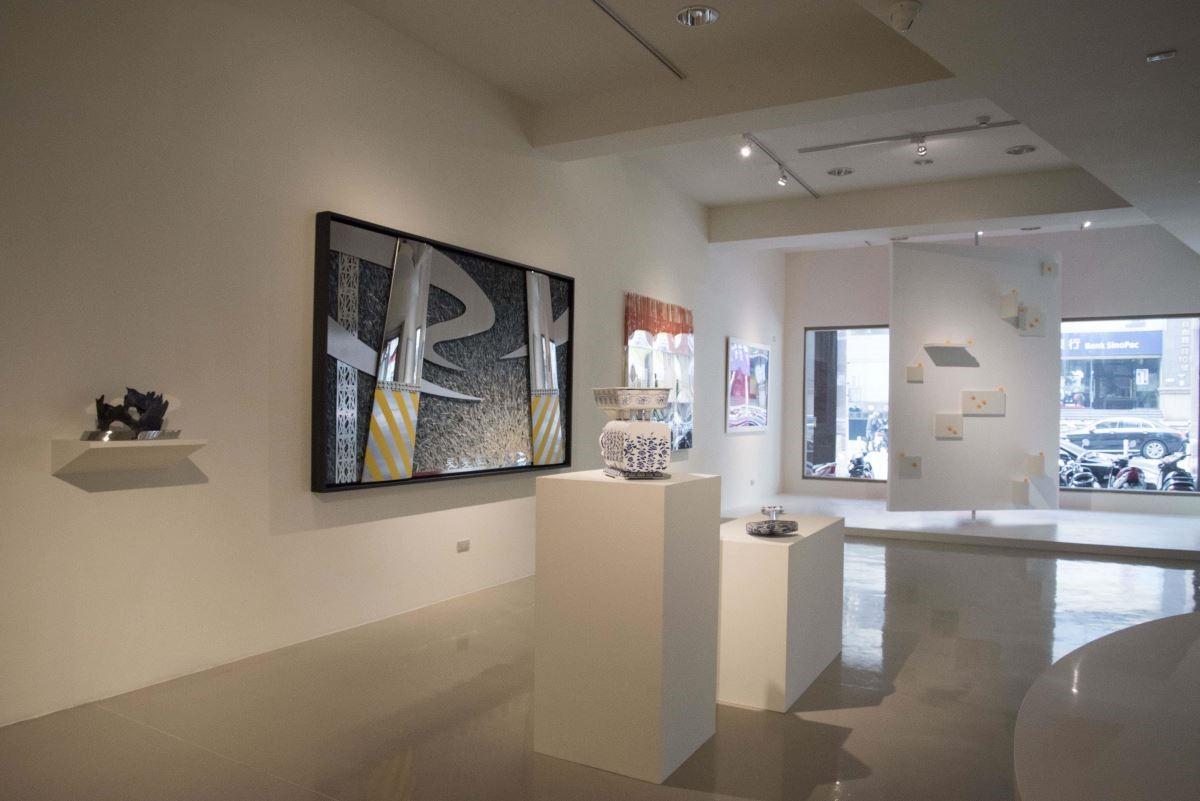 藝術銀行總部展出的陸先銘作品〈玄穹〉透過多種媒材混搭,展現文明的冷峻與人性的糾結