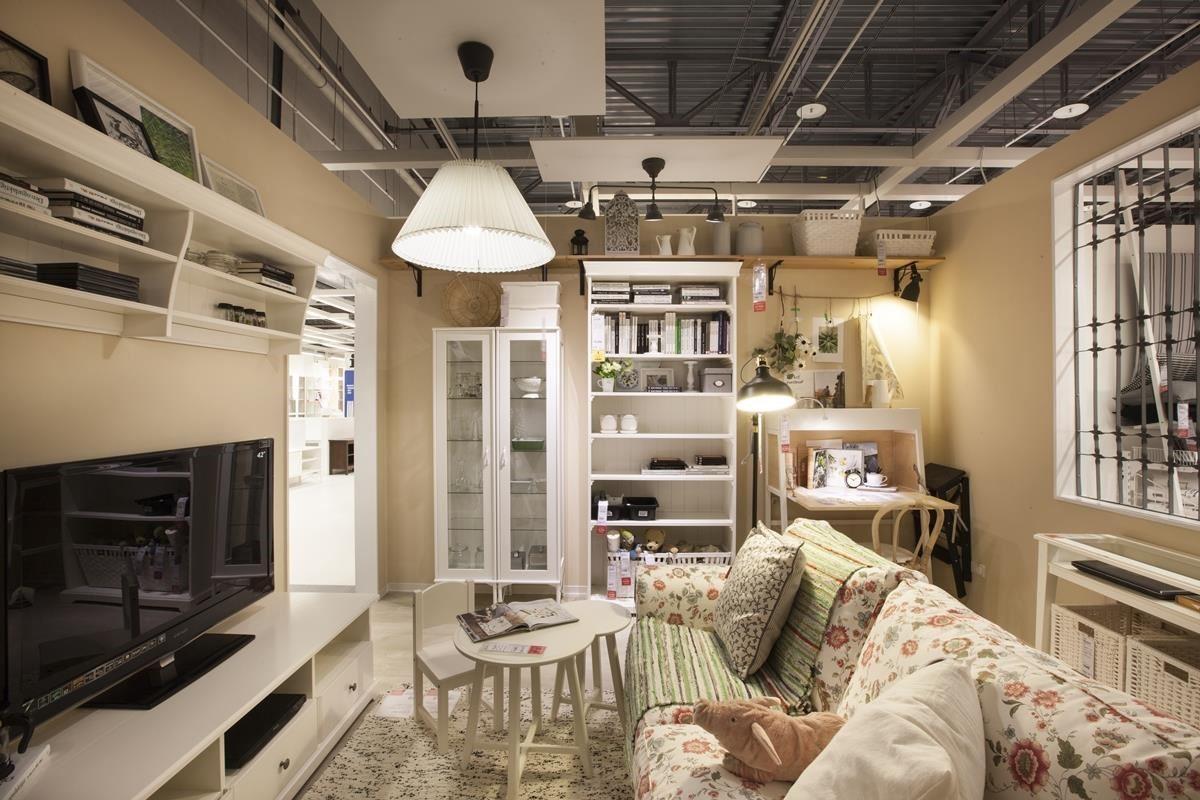 發揮創意,將層板、掛桿、壁掛式儲物櫃和其他收納櫃混搭,在客廳創造明亮又有充足收納的工作區。