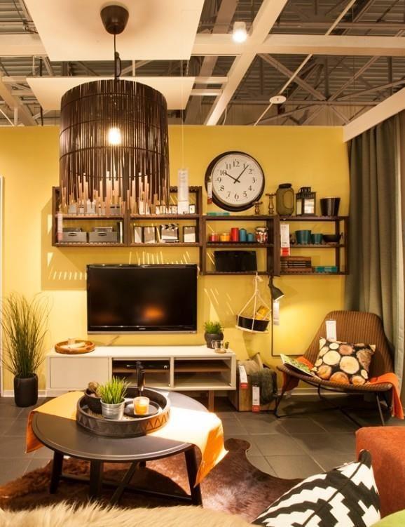 運用浴室層架組,創意變身為電視牆開放的收納展示櫃,輕鬆擺放家飾小物。