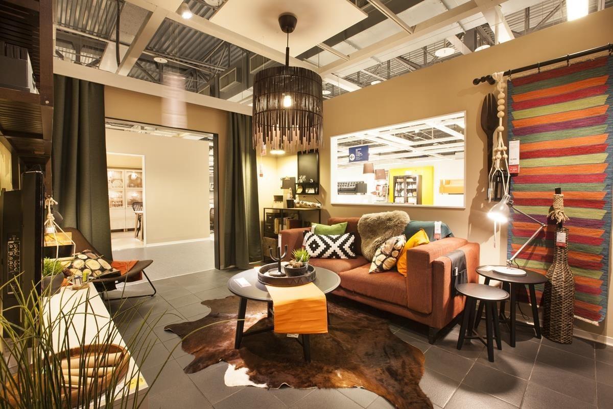 喜愛旅遊的夫妻,把現代狩獵風帶進客廳裡,將家中的客廳佈置為異國風情,讓各種造型的裝飾與材質相呼搭配,不僅將地毯變為掛毯,更混搭非洲風情的家具家飾!