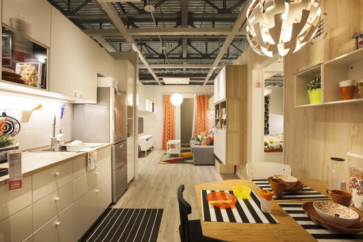 一字形動線連接客廳與廚房餐廳區,運用系統櫃的設計讓家具都靠牆排列,留出寬敞的生活動線,也方便讓大人隨時安心地照顧兒童房內孩子的動靜。