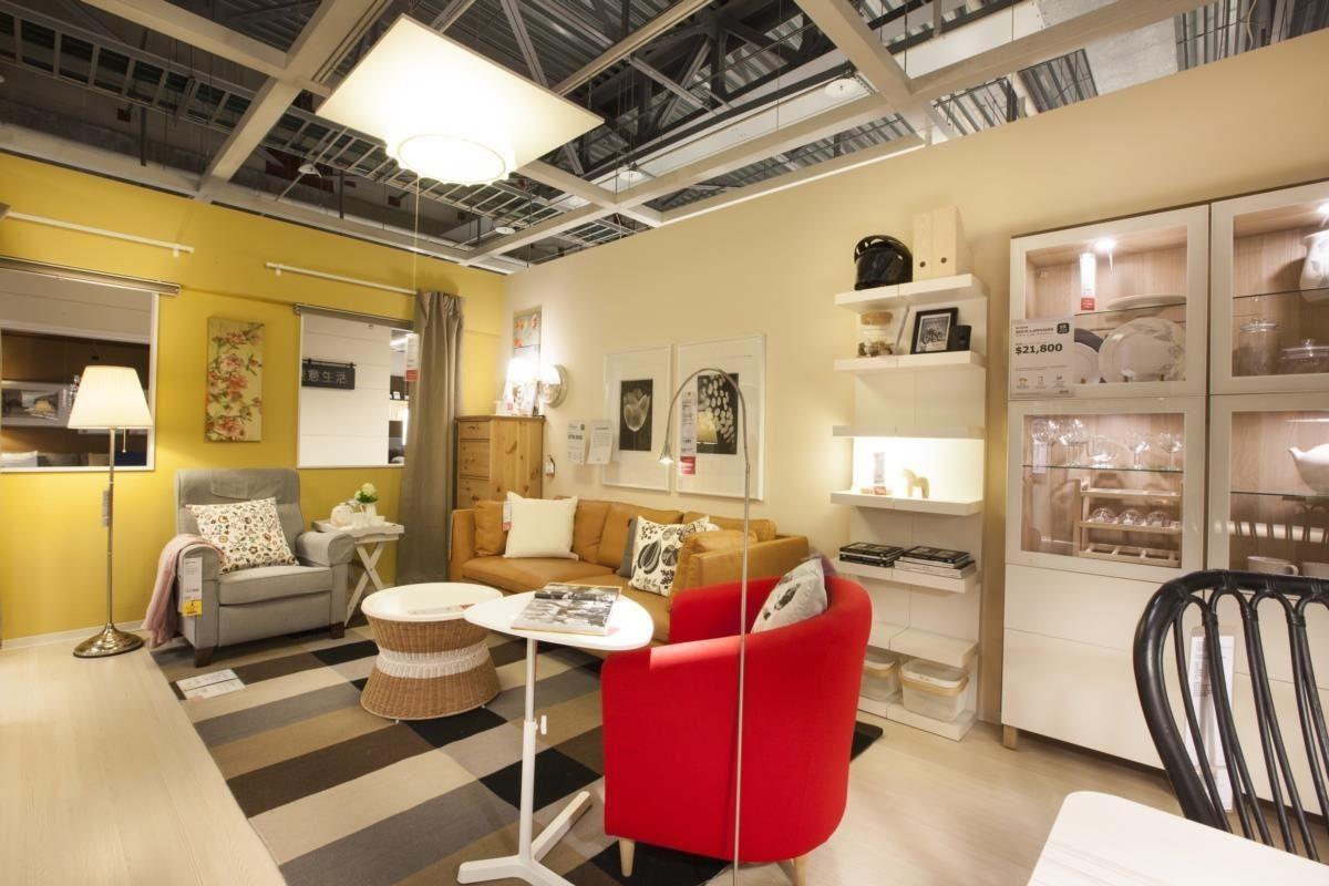 善用不同色彩與功能的家具,滿足不同年齡層家人在客廳的需求,各自共處一室卻也和樂融融!