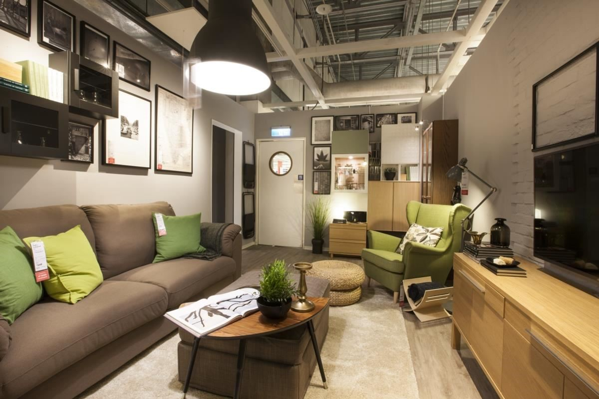 After 客廳在店內新樣貌:一個人的客廳,可以自由地發揮創意,透過都會時尚感的家具,牆面上更搭配不同相框,讓個人風格更加搶眼!