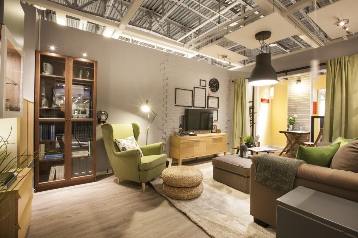 沿著牆面規劃收納櫃體與家具,善用空間也巧妙地隱藏雜亂,完整的收納讓一個人充分享受足夠的空間,親友來訪也不顯擁擠!