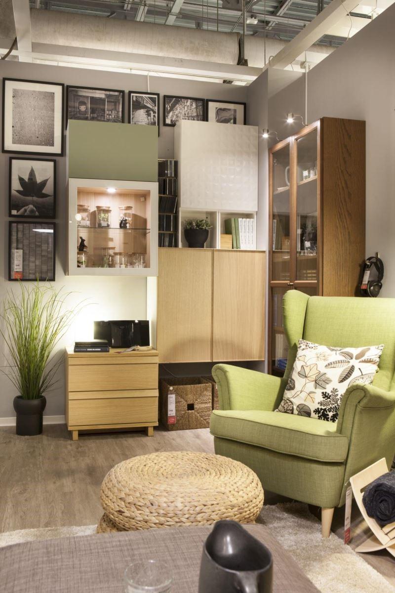 專屬於屋主的自然風格扶手椅和椅凳,搭配不同風格與功能的造型儲物櫃,以木色系作為延伸,搭配牆面上多幅相框佈置,讓這個角落成為屋主最喜歡獨處的地方。