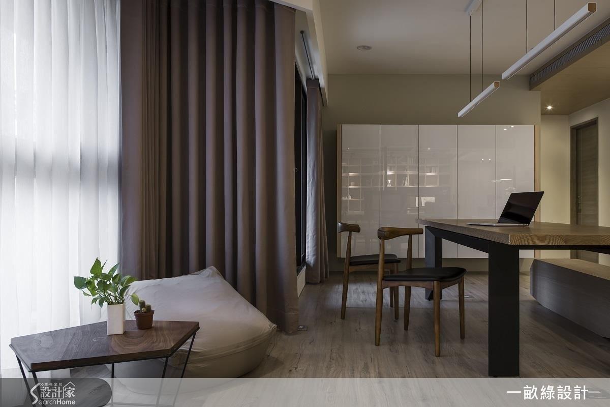 長桌旁邊的斜角區塊,原本是一個難以規劃運用的畸零空間,現在則是屋主在家放鬆休閒的小角落。