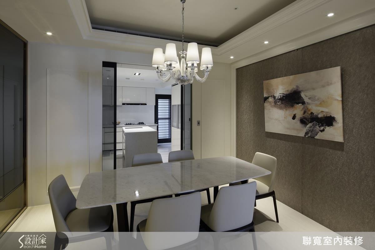 開放式的餐廚空間,使用大地色系與沉穩色調,在過道空間,營造優雅恬靜氣質。