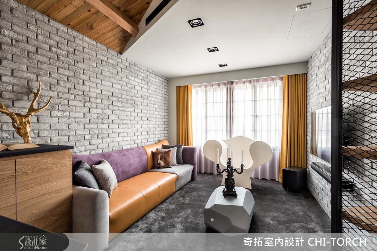 將男女屋主喜好的風格、黃色與紫色放入空間中,設計師在客廳使用了灰色文化石牆面和諧整體。