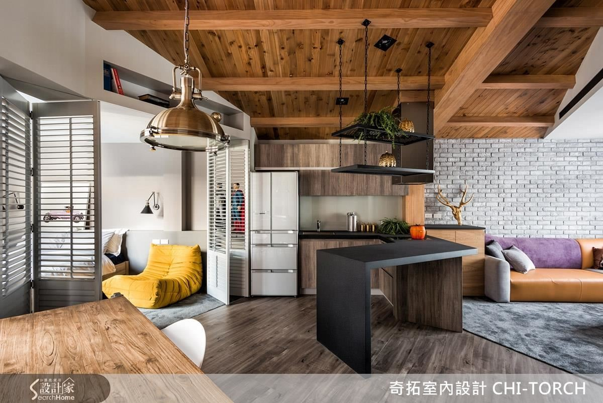 室內區域全開放,只有主臥以百葉摺疊門,在需要時可保有安靜的休息空間。此外區域間的界定,則是精準地讓天花、地面以不對稱的斜線構成,既和諧又耐人尋味。