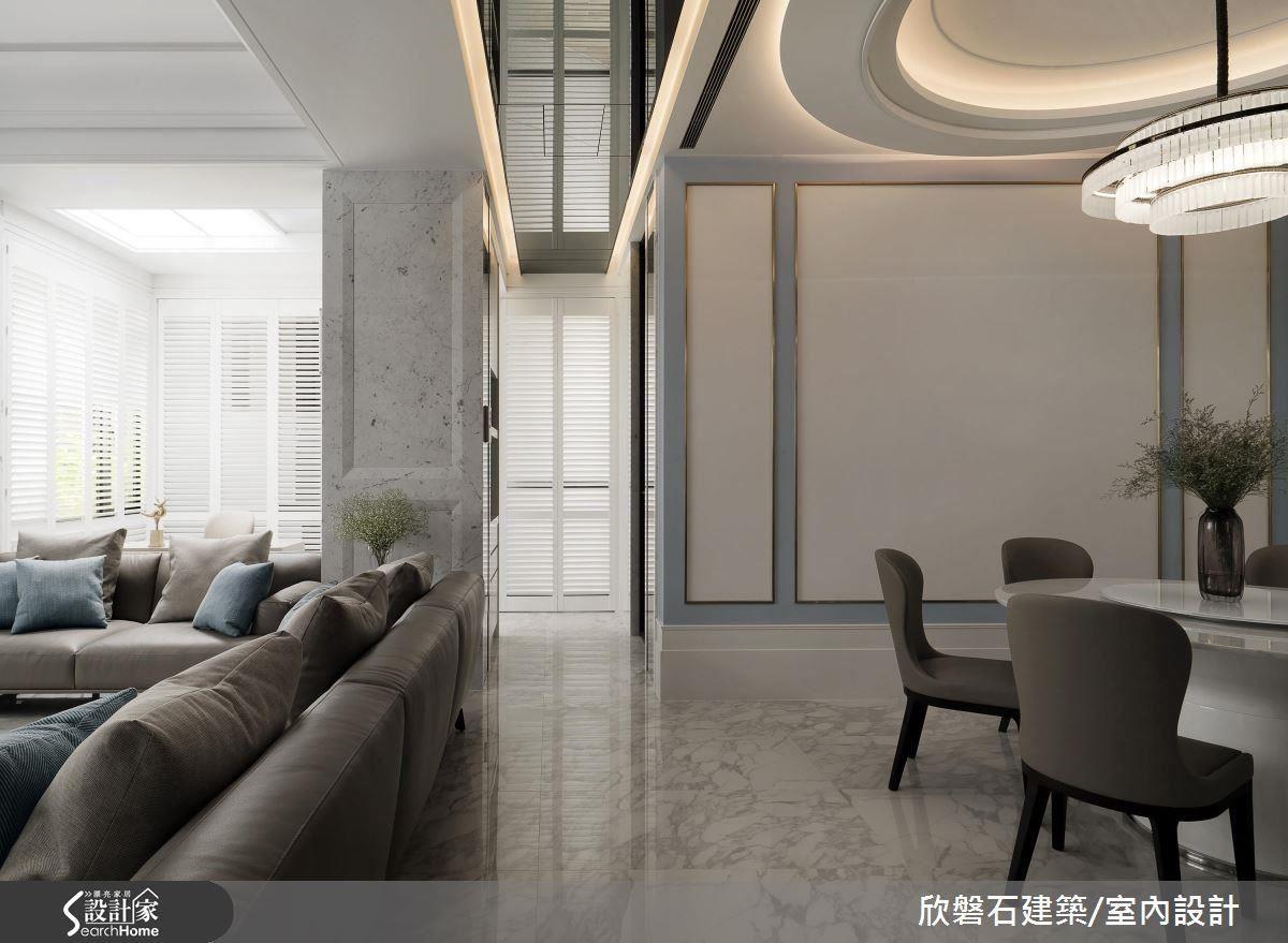 餐廳與客廳中間的天花板,改以灰鏡及燈光修飾樑柱,鏡面映射與倒影形成了延伸的意象,視線也較不會被兩側的樑柱所吸引。