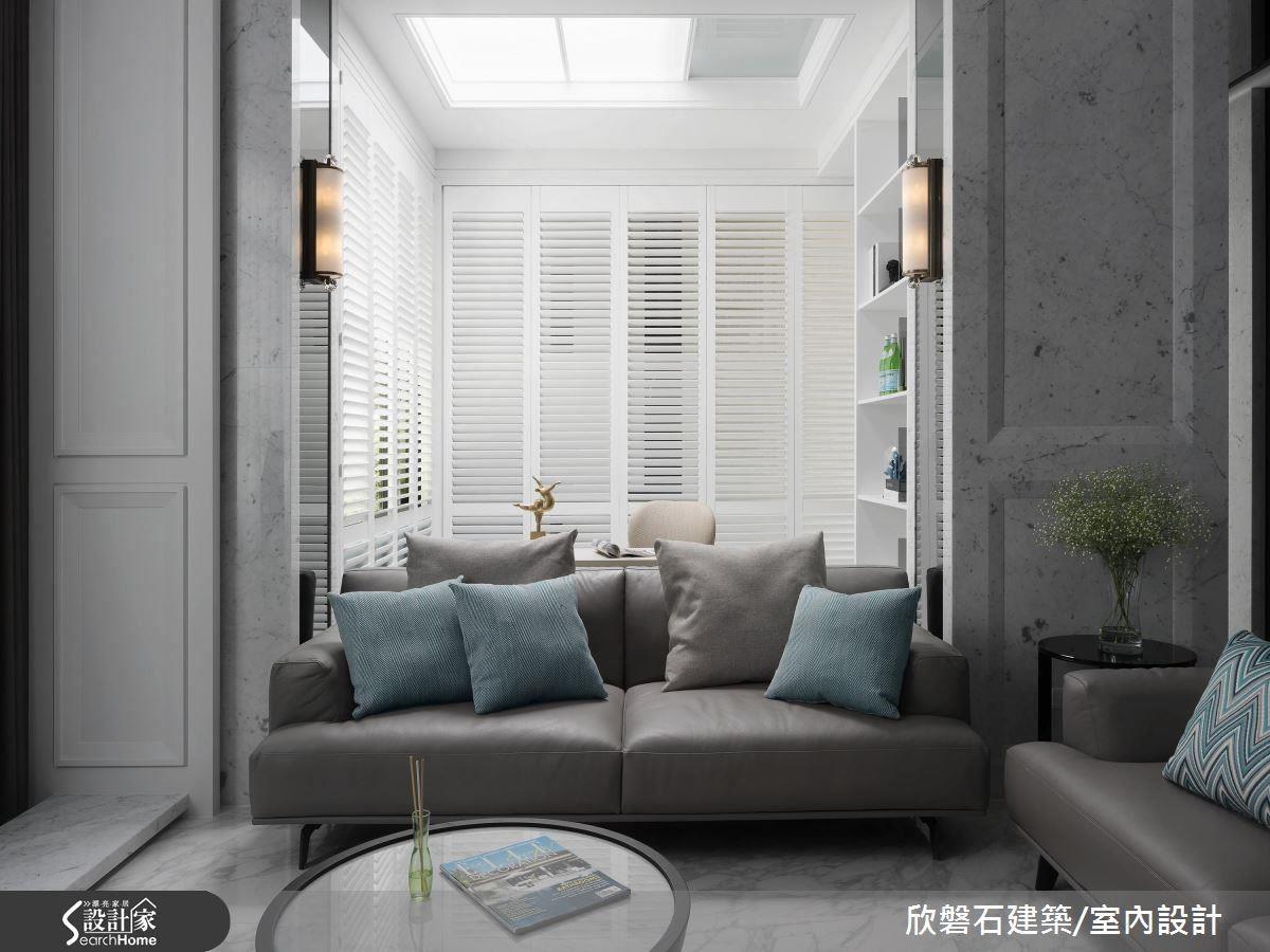 書房兩側的柱體,以鏡面及壁燈顯現新古典的對稱平衡之感,達到和諧的畫面。