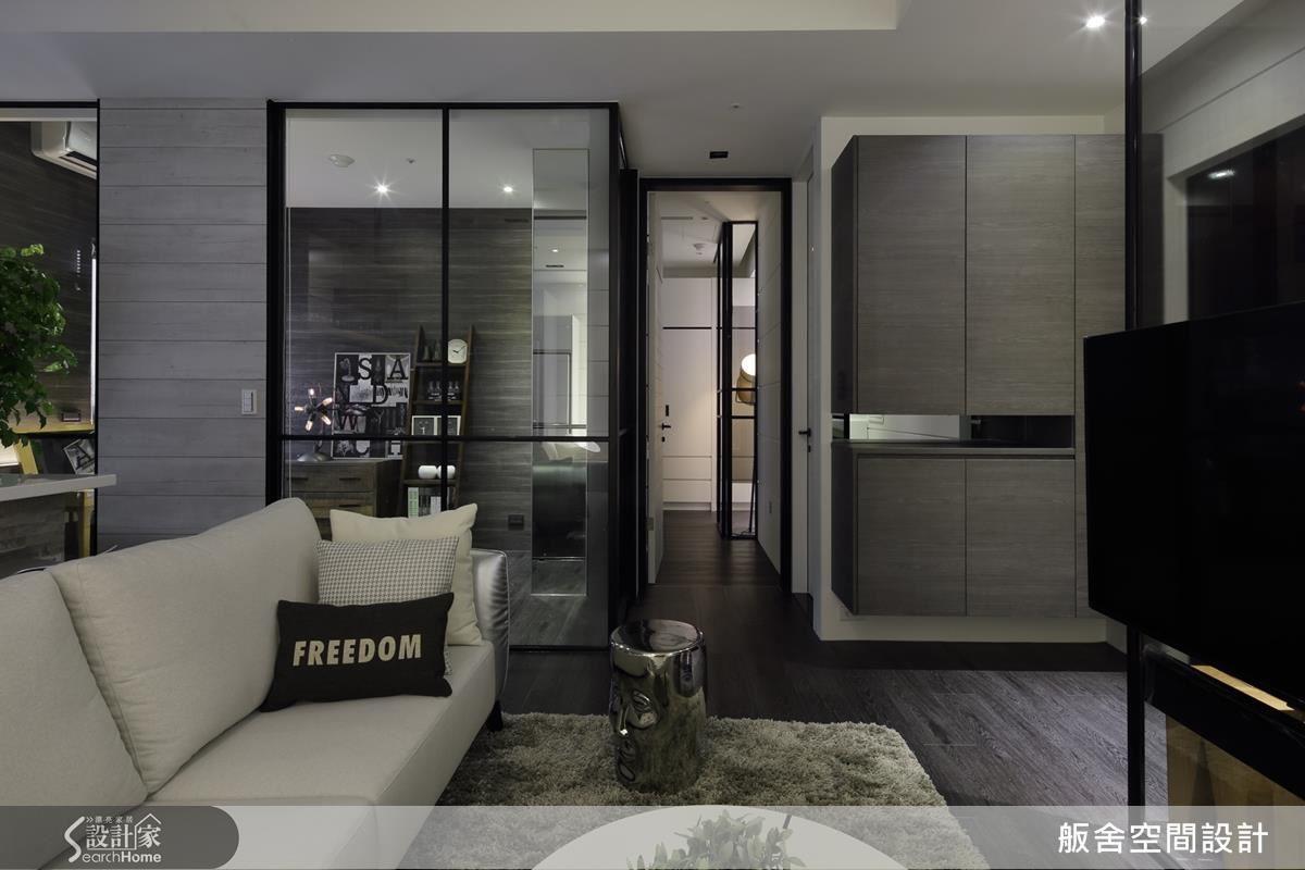 黑白為主調的用色貫穿整體空間,巧妙的將有限的空間透過比例、色彩化作極具質感與敞朗的視覺。