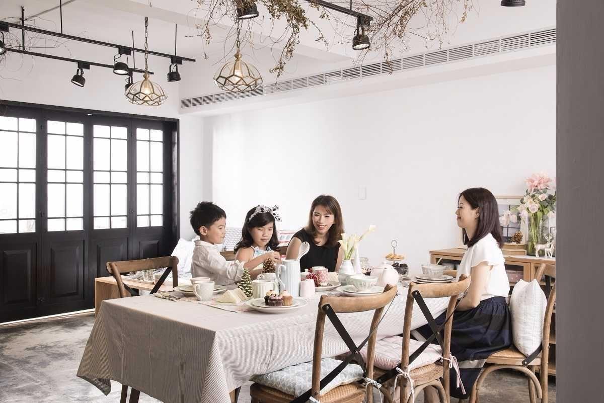 「實驗家」女主人Peggy與聯寬設計的王毓婷設計師,攜手佈置夢幻的親子午茶餐桌。