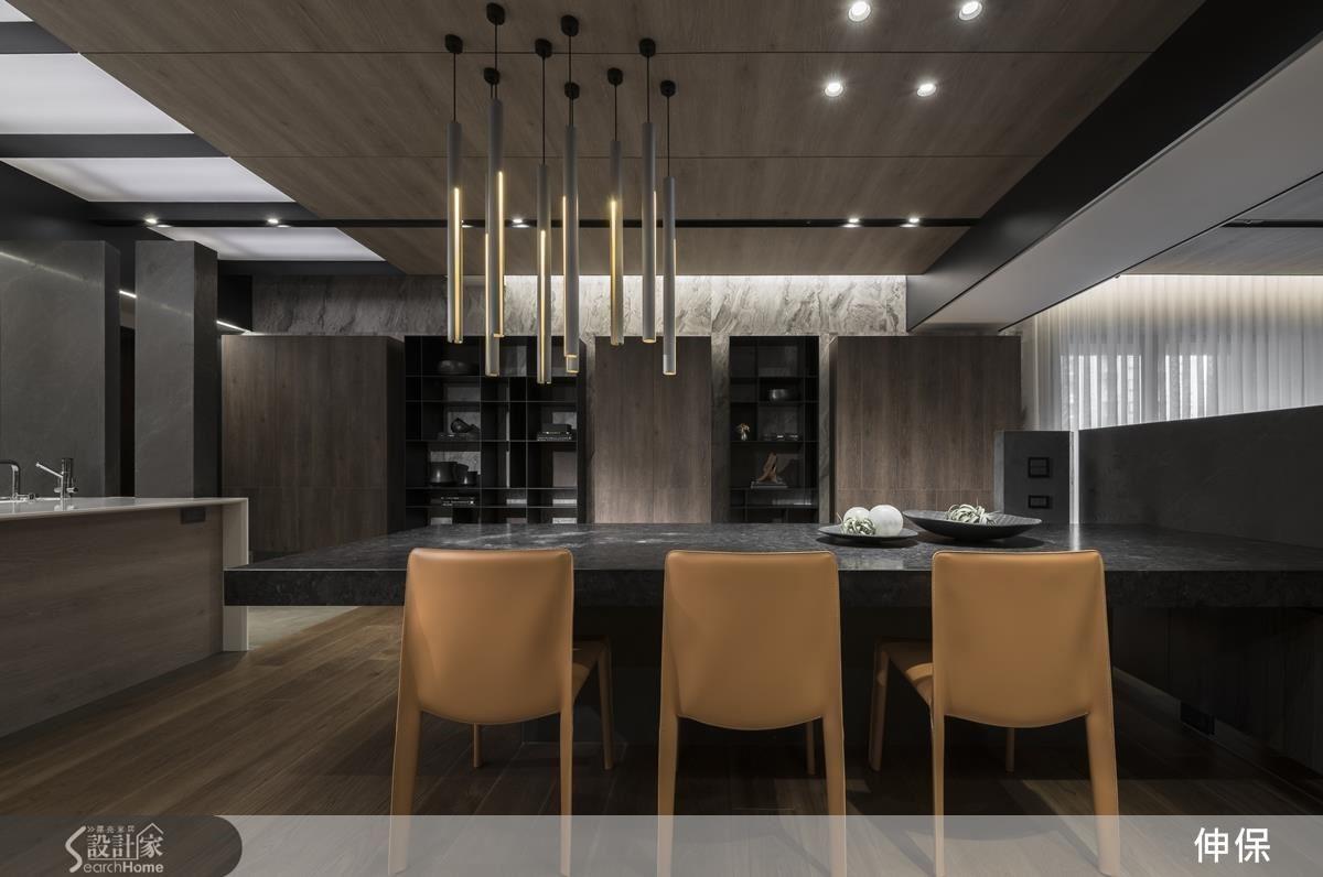 大面積運用大理石紋系統板材的牆面,呈現大器氛圍,木與黑的櫃體,以收放、開闔的概念做出間隔,平衡空間、素材視覺的重量。