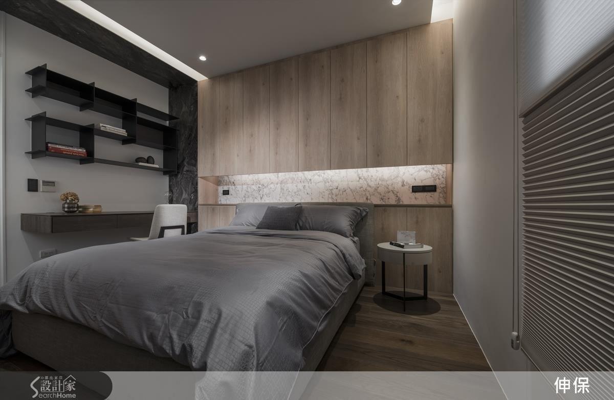大理石紋床頭牆的部分點綴,讓以線條變化為主的線性層板書櫃,多了些穩重踏實的感覺。