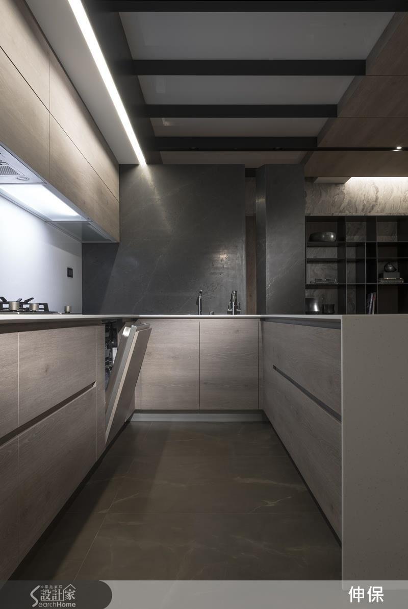 大型的石紋地磚展現低調大器 ; 木紋廚具櫃,淺色調不顯厚重 ; 石紋牆面展現穩重質感,整體而言,溫暖且大器,兩種材質間的恰當運用,充分平衡空間的上、中、下段。