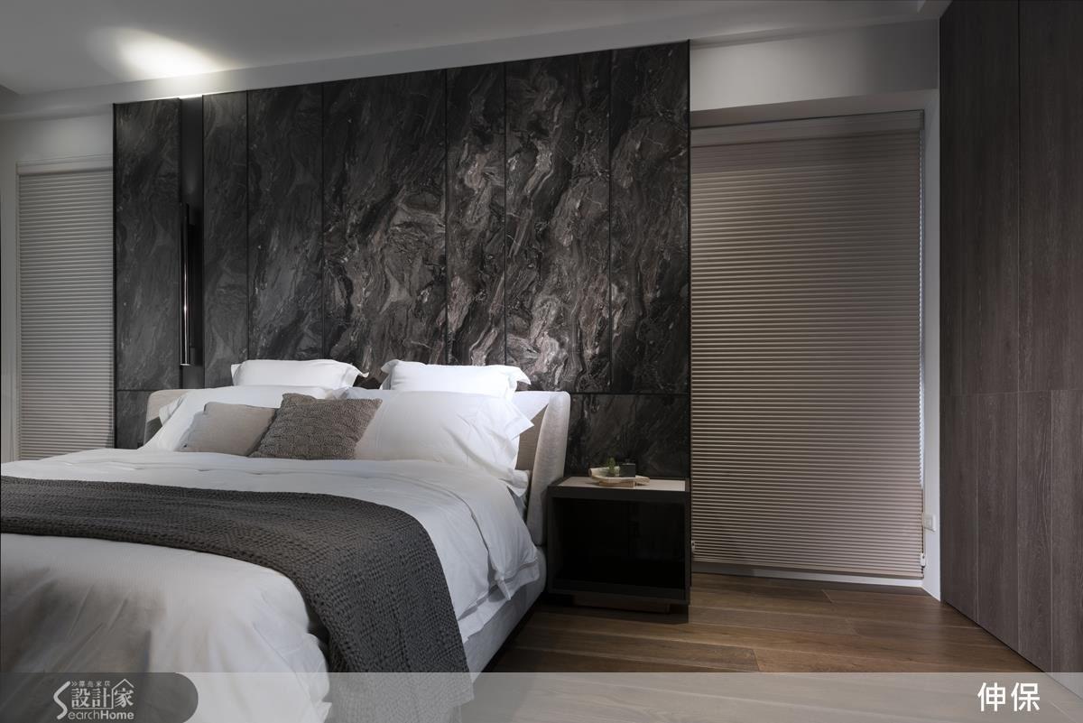 薄型落地床頭的大理石紋門片,巧妙隱藏收納功能,是傳統石材無法達到的巧妙運用機能。