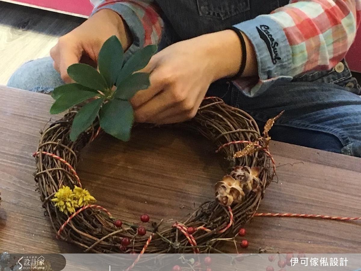 除了購買乾燥花,林育如設計師建議,可以到公園撿拾一些落葉,不但會更有自然感,也能節省預算花費。