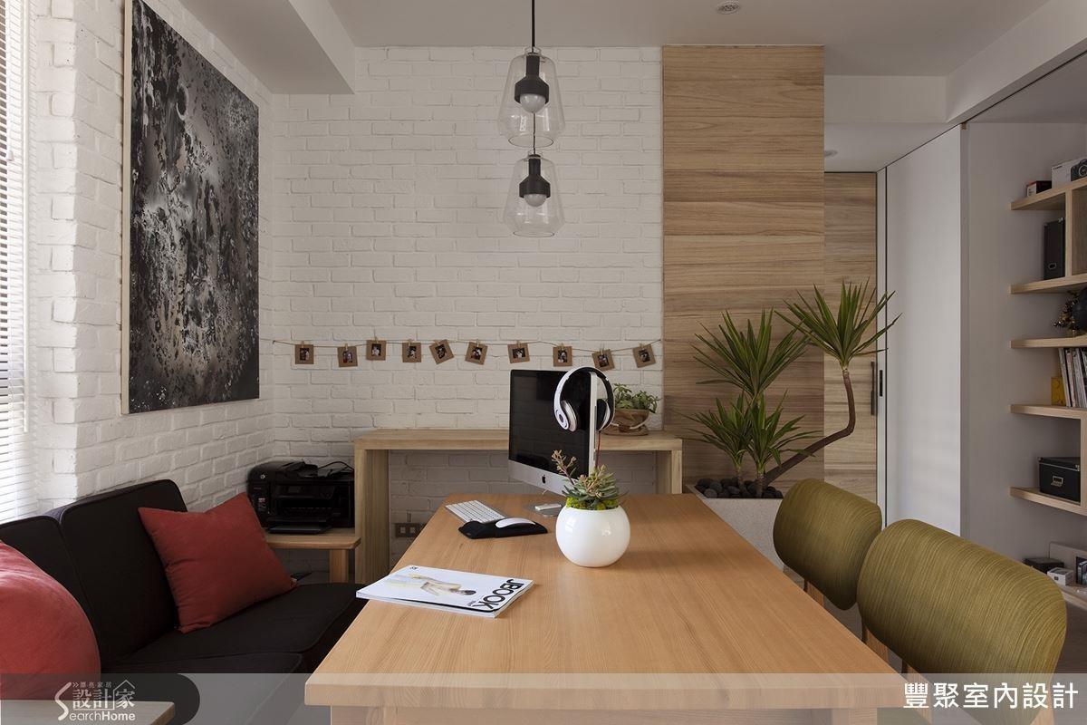 日本因為住地狹小、空間有限,因此複合式設計相當實用,用餐空間也可以兼具寬敞的工作室機能!