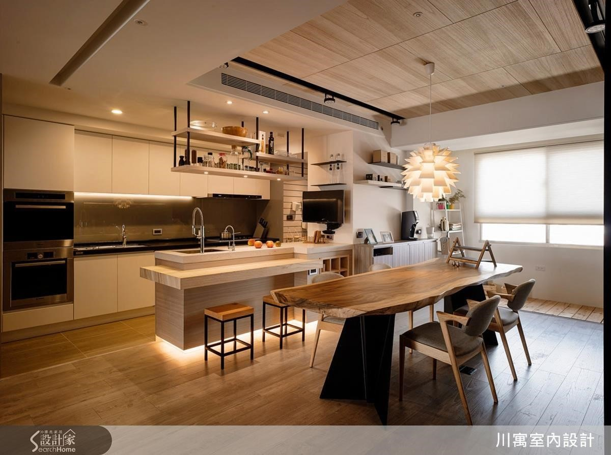 日劇中常以大量木建材、色調輕淺的木地板搭配純白色調,搭配暖黃的間接照明,打造清爽、溫馨的風格。