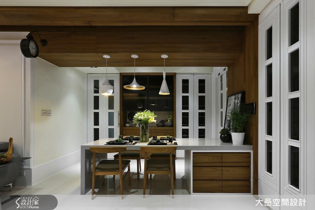 左門為私領域的通道,右門為餐櫃。