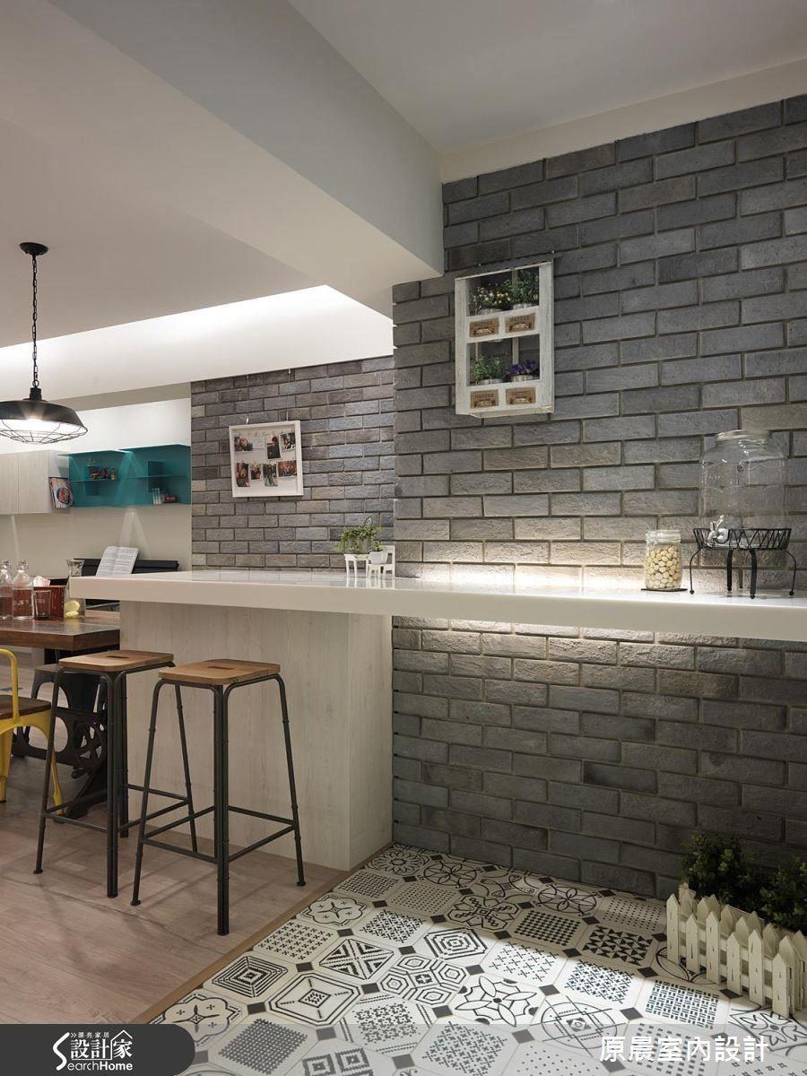 內外地坪分別利用花磚與木地板區隔,也可以間接照明創造差異性。