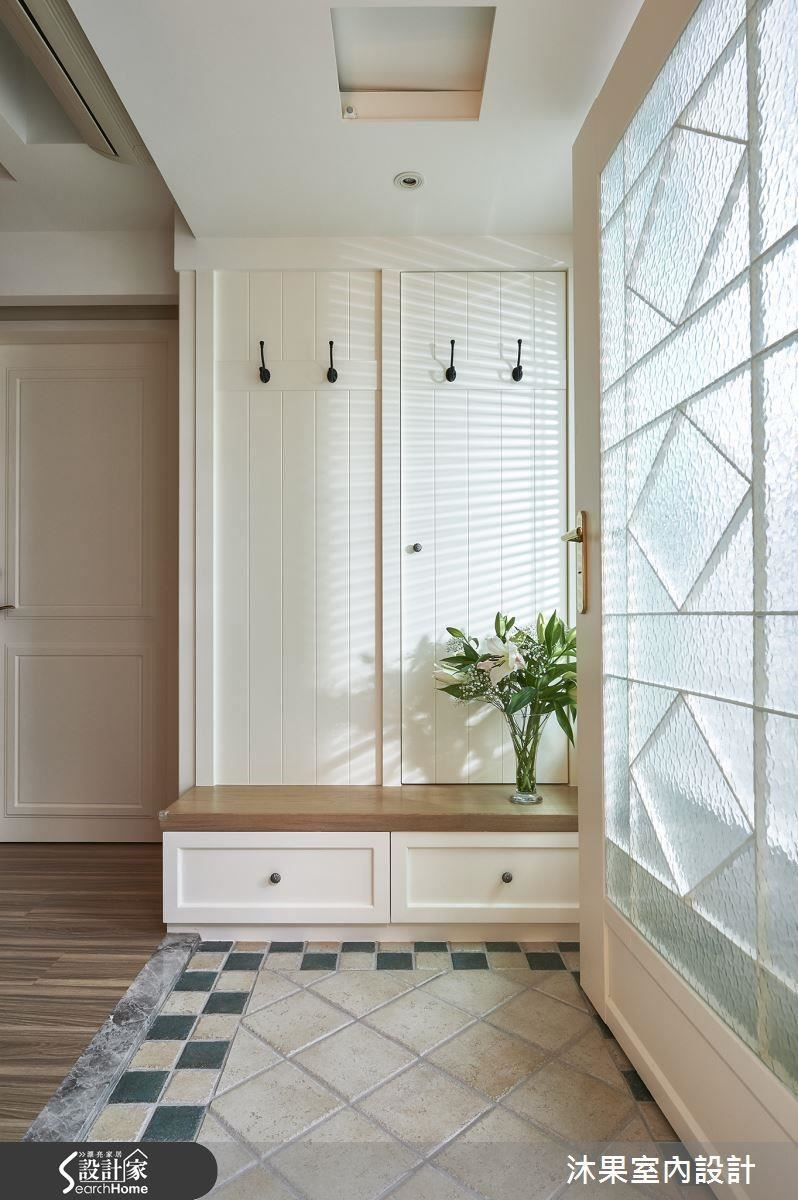 身兼門面的玄關必須維持整潔,應該配合人口與生活習慣,由低到高設置穿鞋椅、鞋櫃、雨傘與衣帽櫃,否則可能會因為使用不順而造成亂丟的情況。