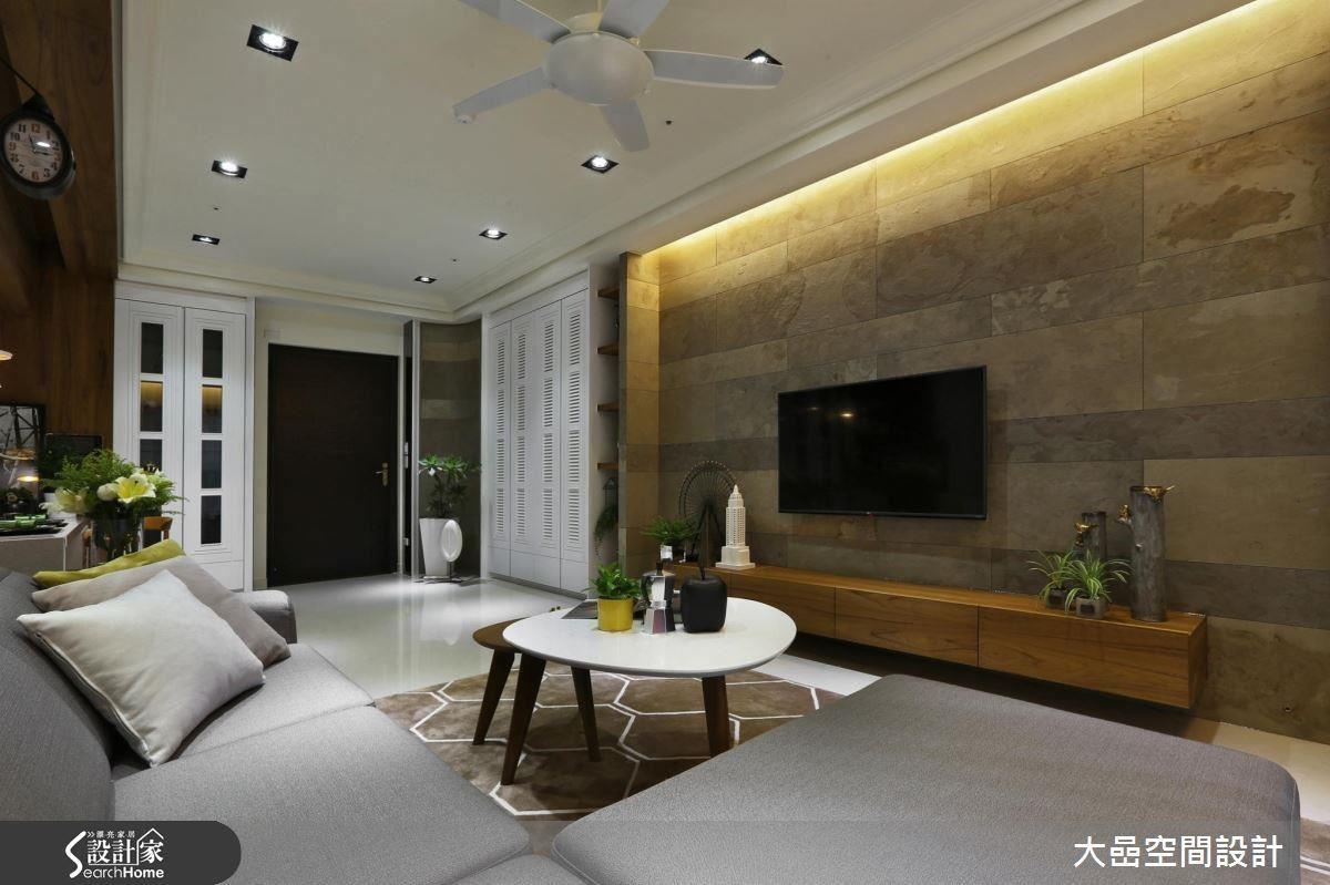 設計師張雲棠以柚木紋包覆大樑,刻意拉強對比,反而成為家中最具特色的視覺主角。
