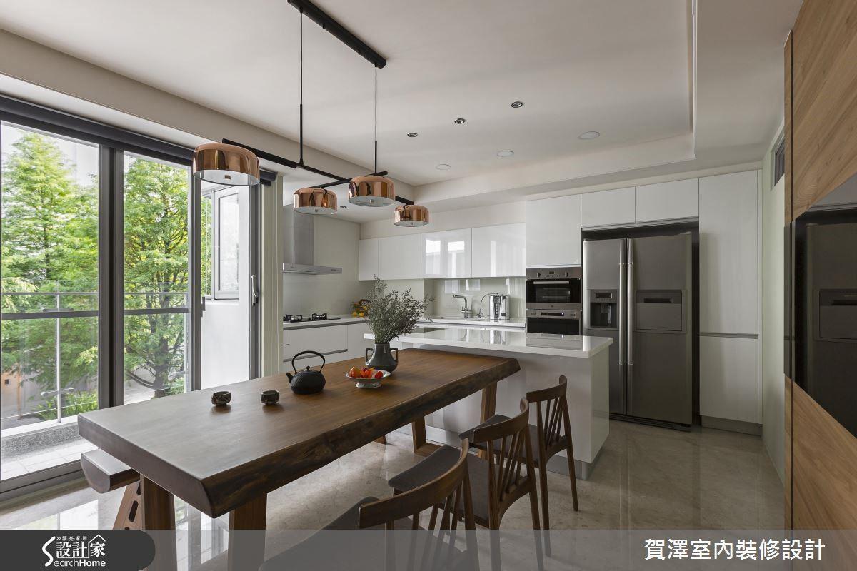 半開放式餐廚合一的規劃設計,增添家人用餐時刻的美好互動,搭配多處隱藏式收納櫥櫃,兼具實用性又不失美觀。