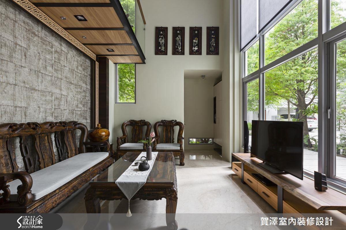 電視背牆是採光極佳的大面落地窗,亦安裝電動捲簾做光源調整的彈性使用。