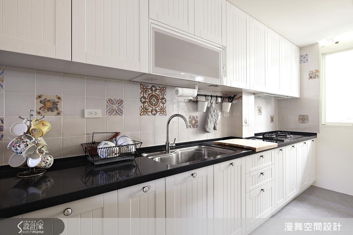 依照一般人的烹飪慣性,以清洗→備料→烹飪依序安排水槽、料理台與瓦斯爐,且避免瓦斯爐與水槽距離過近,造成水花影響火源。