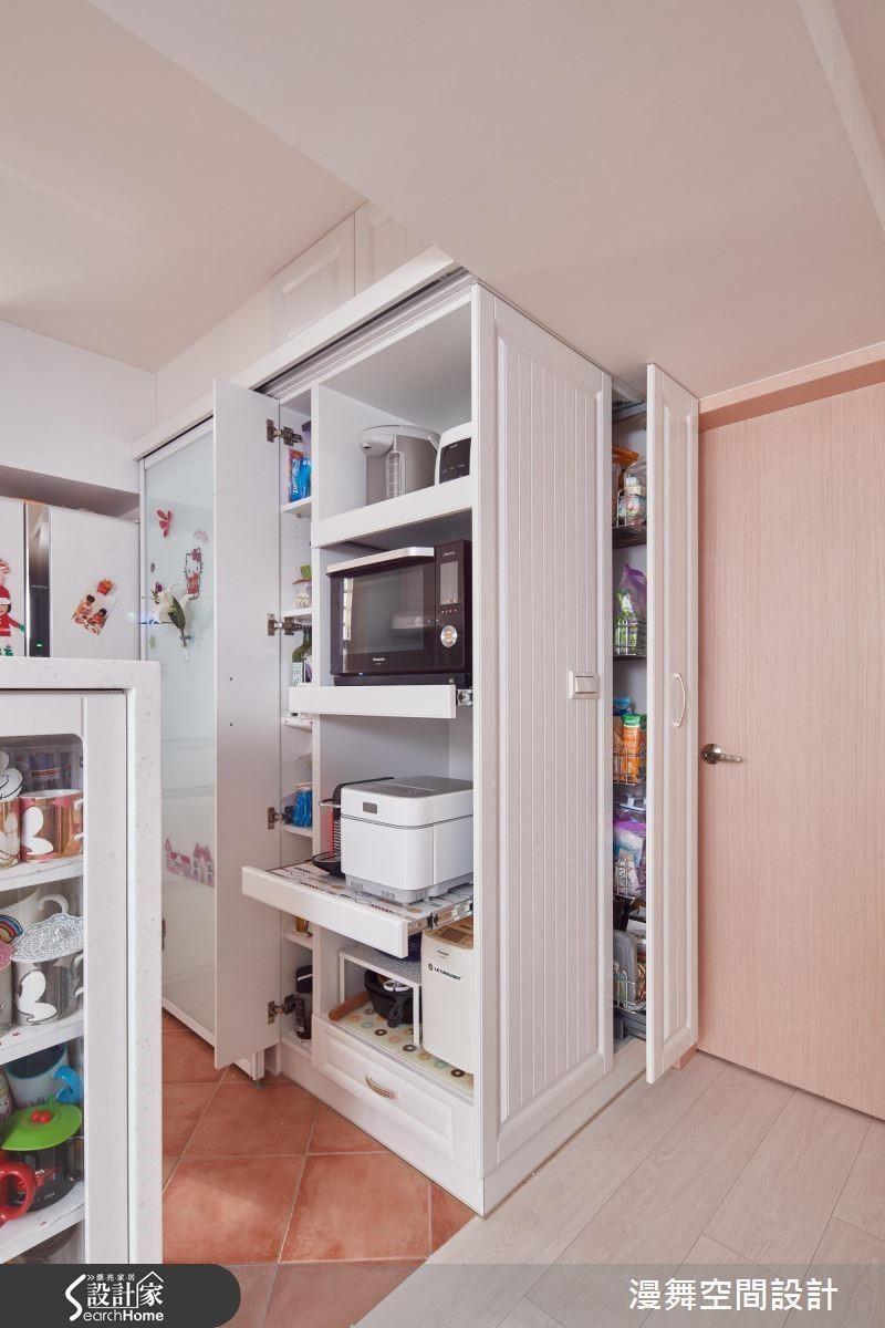 如果遇到 L 型廚房轉角或雙手難以到達的空間,可利用拉伸滑軌或旋轉式的廚房五金讓收納零死角,小至餐具大至家電皆相當實用!