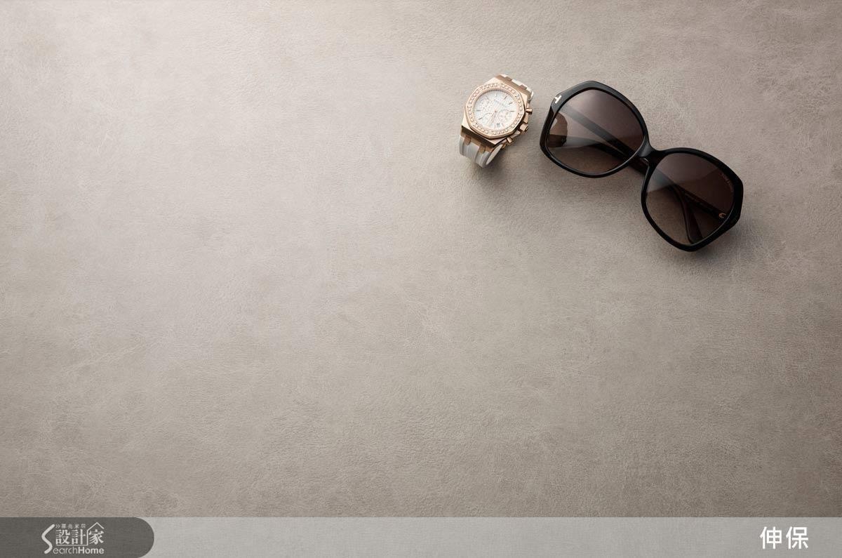 素雅清淺的褐色調鋪陳空間的靜謐質感,凸顯出自然感受,精緻的皮革壓紋,勾勒出愜意雅致之氣息,為空間帶來優雅低調的生命感。