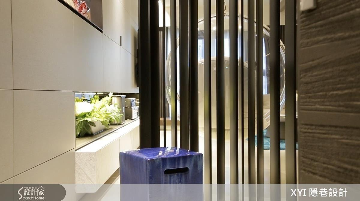 玄關與客廳以線條屏風做為區隔俐落美觀,也能顧及風水考量。