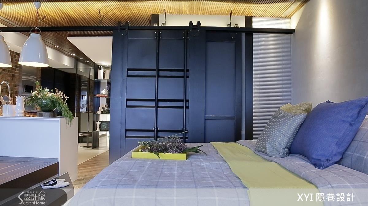 以鐵拉門區隔套房的小客廳與睡眠空間,此外還有一處可處理輕食餐廚、吧檯區,滿足不同機能需求。