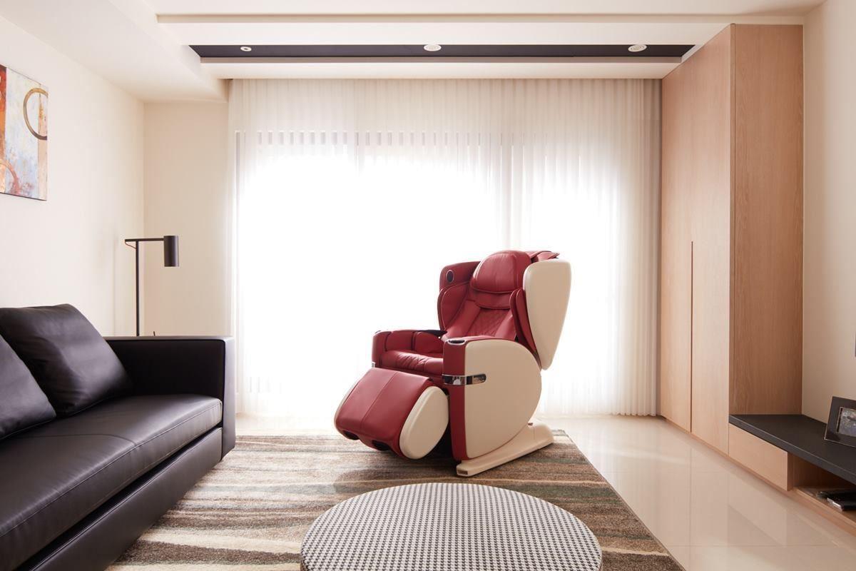 由外觀設計精美的按摩椅取代原有主人椅,可完全放鬆享受退休生活,對空間也是大大加分。