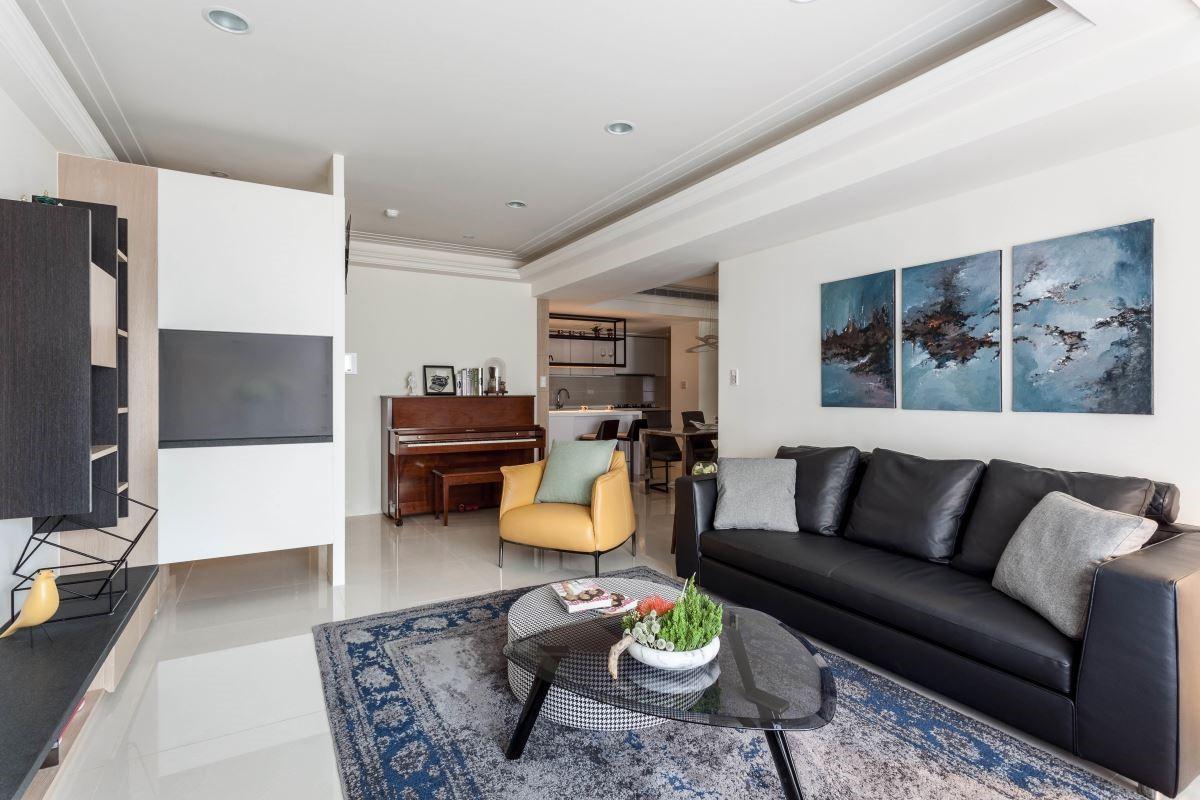去除公領域中影響動線的廚房隔間牆,讓空間更為穿透,客餐廚串聯為彈性開放空間。