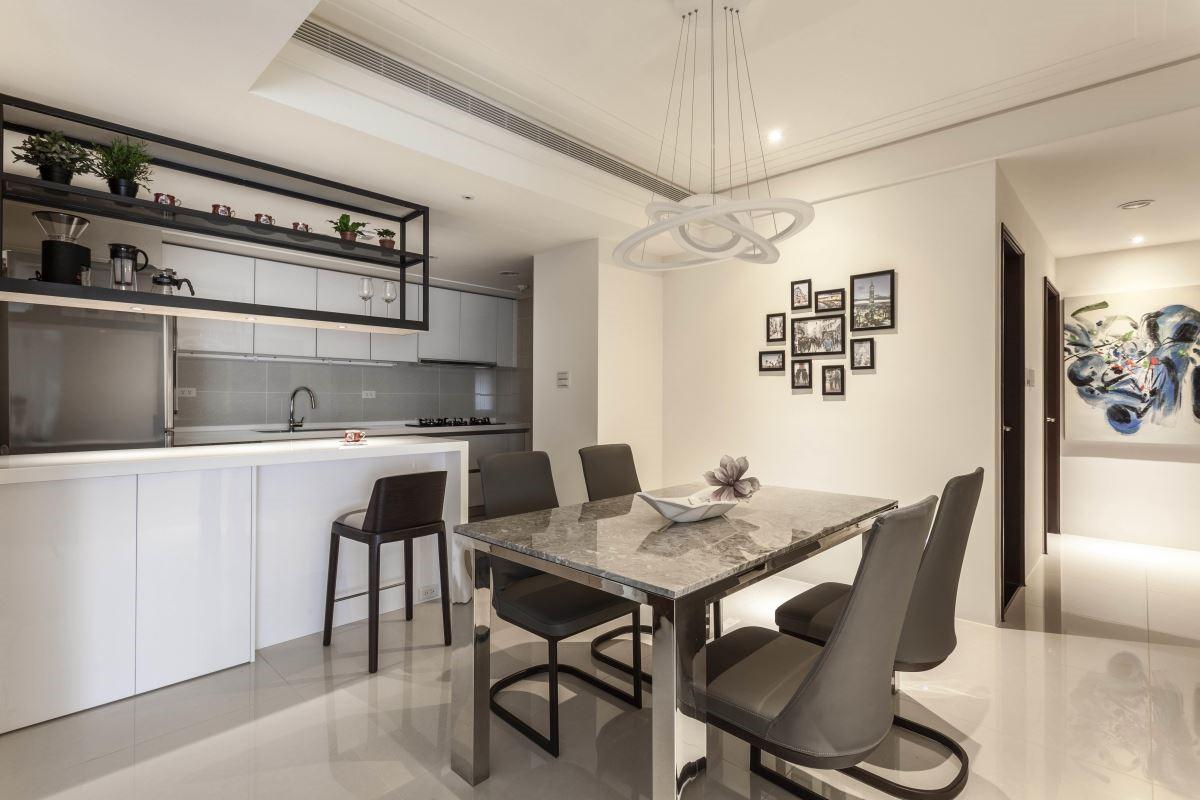 去除隔間牆後,用餐空間更顯餘裕。