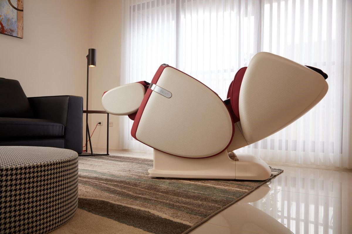 零後距前滑功能,仰躺時僅需與牆面留約20cm距離,腿部按摩器也能完整收納至座位底部,完美節省居家空間。