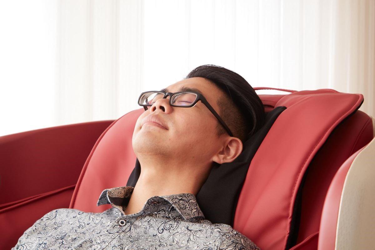 連耳後穴道都能精準抓捏,是一張從頭到腳都能兼顧的聰明按摩椅。