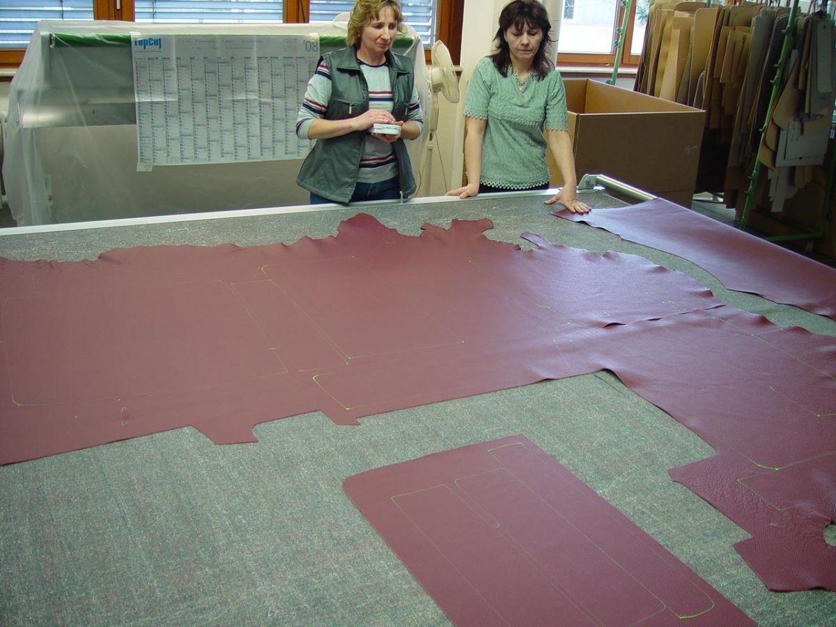 一張好沙發從挑選牛皮開始。ERPO 使用苯染皮,只經過滾筒透染,表層幾乎沒有任何塗料,因此毛細孔和表面紋理清晰可見。