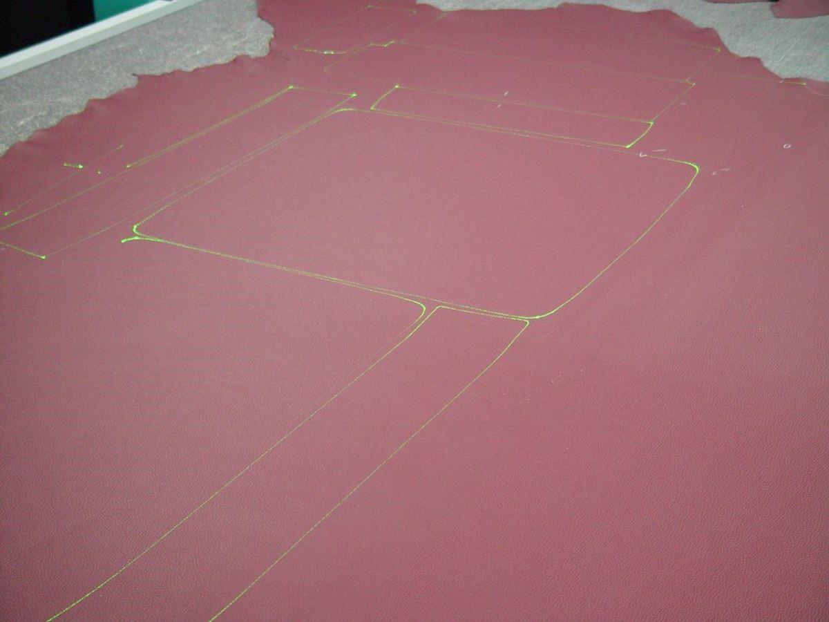 在儀器精密檢測後,淘汰有瑕疵的區塊,不浪費雷射規劃出沙發原料。