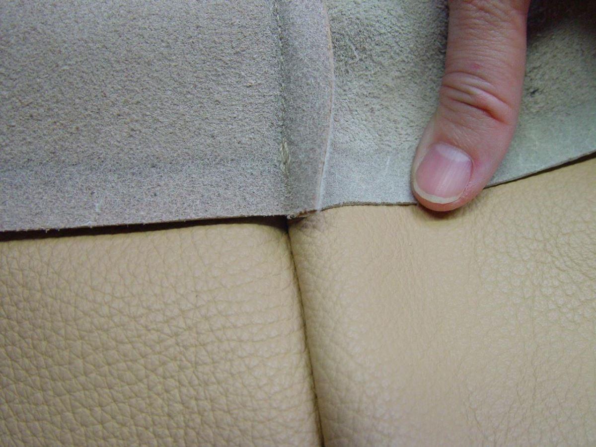 接到訂單後才開始製作,確保同一組沙發使用的是同一時期的牛皮,並交由同一組人製作,確保連同縫線等細節都是同一風格,對於精緻的要求令人驚嘆。