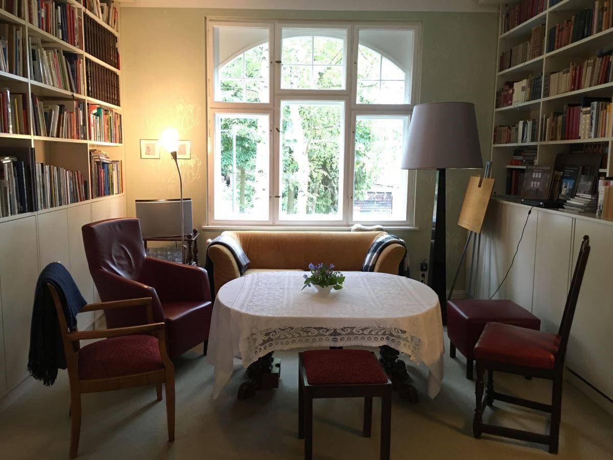 Mr. Von Reiche 夢想著能擁有一個圖書館,在 10 年前翻修時,建築師設置了大面積白色的落地書櫃,把當時曾祖父所留下的紅色古董椅,搭配上屋主夫婦期望的紅色單椅及黃色沙發, 打造出一個新舊融合的圖書空間。