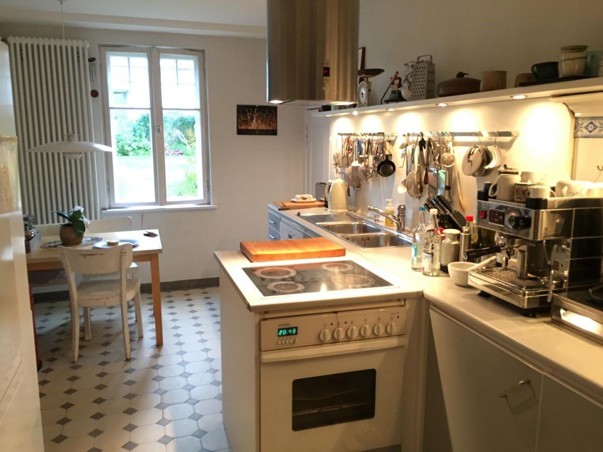 溫暖一抹陽光灑落進來,廚房一隅的小桌是屋主夫婦最喜歡享受早餐的地方。白色的空間承襲了德國的傳統色系,搭配白色的櫥櫃讓廚房空間更加寬闊明亮,設計時特別將料理檯面向外延伸,藉此讓使用者在空間使用上更加方便。